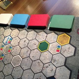 Plansza zawiera specjalne miejsca na karty sprzętu (każdy kolor odpowiada innemu rodzajowi obszaru)