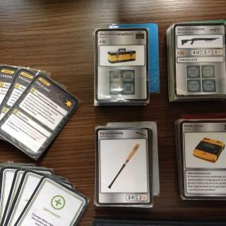 Po prawej karty sprzętu - cztery rodzaje