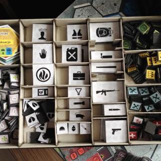 Pudełko na żetony - tak, tych elementów jest zdecydowanie za dużo :)