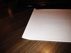 Papier zacina się w drukarce przy pobieraniu? Zagnij go delikatnie w ten sposób (tą stroną wkładasz do drukarki)