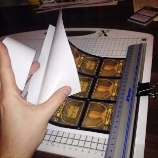 Ścięcie części papieru zabezpieczającego klej