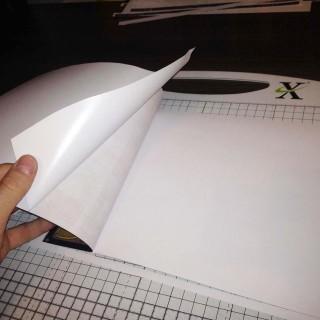 Zdejmowanie kolejnej części papieru zabezpieczającego klej