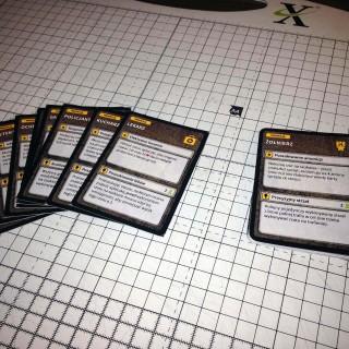 Karty po wycięciu - po prawej stos kart z już zaokrąglonymi rogami